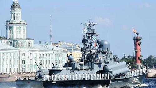 Tàu chiến Nga diễu hành trên sông Neva trong lễ diễu binh kỷ niệm Ngày Hải quân ở Saint Petersburg hôm 29/7. Ảnh: AFP.