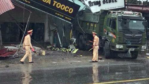 Chiếc xe tải sau khi gây tai nạn, nằm quay đầu ra đường.Ảnh:Thanh Tuân