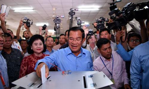 Thủ tướng Campuchia Hun Sen (giữa) bỏ phiếu tại Phnom Penh trong cuộc tổng tuyển cử hôm 29/7. Ảnh: AFP.