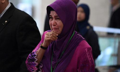 Sarah Nor, mẹ của một hành khách trên chuyến bay MH370, bật khóc tại buổi công bố báo cáo điều tra cuối cùng về chuyến bay tổ chức ở Kuala Lumpur, Malaysia hôm nay. Ảnh: AFP.