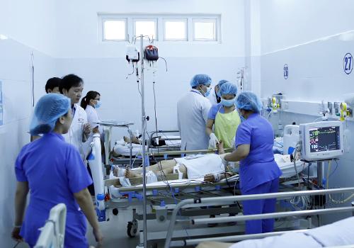 Các bác sĩ đang nỗ lực cứu chữa các nạn nhân. Ảnh: Nguyễn Đông.