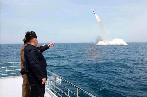 Lãnh đạo Triều Tiên Kim Jong-un chứng kiến một vụ phóng tên lửa từ tàu ngầm vào năm 2017. Ảnh: KCNA.