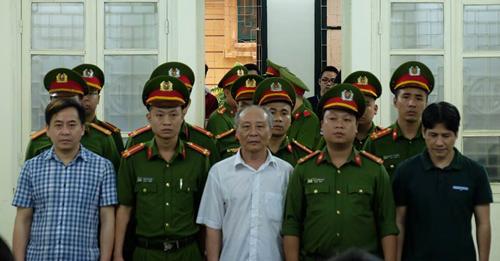 Các bị cáo Phan Văn Anh Vũ (áo kẻ), Phan Hữu Tuấn (áo trắng) và Nguyễn Hữu Bách (áo phông xanh đen) tại TAND Hà Nội hôm nay. Ảnh: TTXVN.