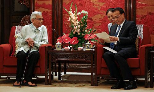 Thủ tướng Trung Quốc Lý Khắc Cường (phải) đọc thư của Thủ tướng Malaysia Mahathir Mohamad do đặc phái viên Daim Zainuddin (trái) đưa tới tại Bắc Kinh hôm 18/7. Ảnh: AFP.