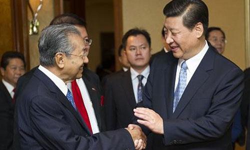 Mahathir Mohamad bắt tay Chủ tịch Tập Cận Bình trong chuyến thăm Trung Quốc vào năm 2013. Ảnh: AFP.