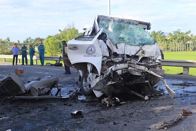 Xe khách bị biến dạng và quay 180 độ sau tai nạn. Ảnh: Sơn Thủy.