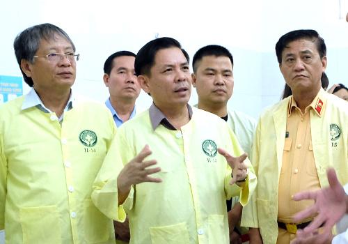 Bộ trưởng Nguyễn Văn Thể (đứng giữa) hỏi thăm tình hình bốn nạn nhân tại bệnh viện Đà Nẵng. Ảnh: Nguyễn Đông.
