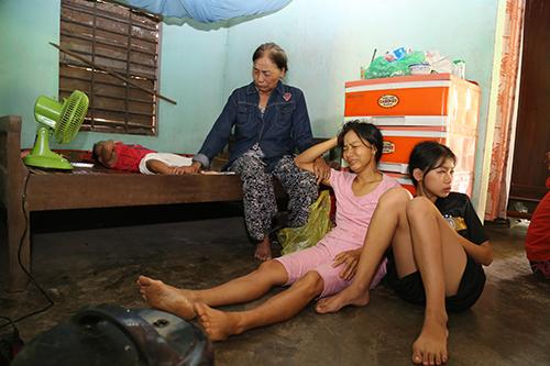 Gia đình nạn nhân Nguyễn Khắc Bình. Ảnh: Hoàng Táo