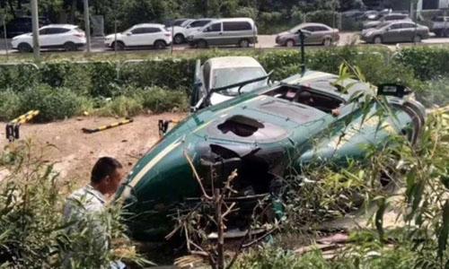 Chiếc trực thăng bị hư hại sau khi rơi xuống bãi đậu xe ở Bắc Kinh. Ảnh: Weibo.