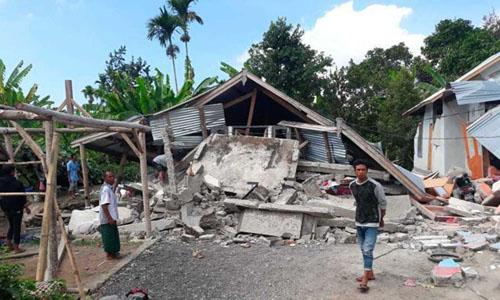 Những ngôi nhà bị phá hủy hoàn toàn sau trận động đất ngày 29/7 trên đảo Lombok, Indonesia. Ảnh: AP.