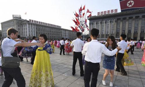 Người dân Triều Tiên khiêu vũ trên Quảng trường Kim Nhật Thành hôm 27/7. Ảnh: Kyodo News.