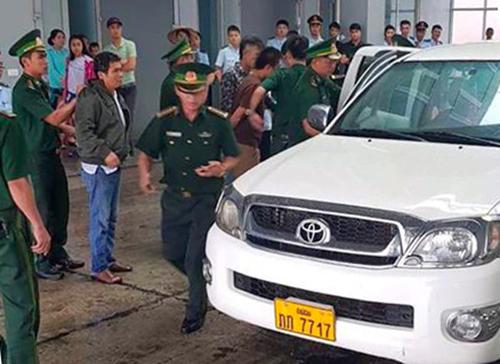Ôtô bán tải bị nhà chức trách chặn bắt ở cửa khẩu Cầu Treo. Ảnh: Đức Hùng