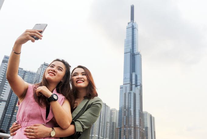 Người Sài Gòn đổ xô chụp ảnh với tòa nhà cao nhất Việt Nam