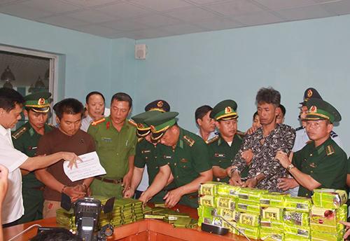 Cảnh sát khống chế Thạo Khun và Chin Đa, tịch thu tang vật. Ảnh: Đức Hùng