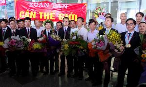 Đoàn Olympic Hóa học và Vật lý được chào đón ngày trở về