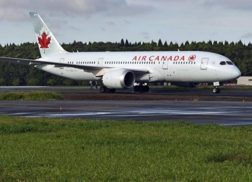 Máy bay Canada hôm nay mắc kẹt trên đường lăn ở sân bay Narita, Nhật. Ảnh: Kyodo.