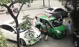 Chủ xe Mercedes đập gạch vào đầu tài xế taxi bị khởi tố