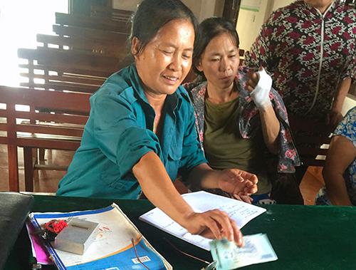 Người dân xã Kim Lộc nhận lại tiền thu sai từ cán bộ. Ảnh: Đức Hùng