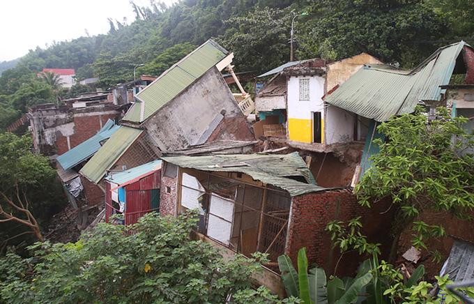 Người dân cứu tài sản trước nguy cơ nhà sập xuống sông Đà