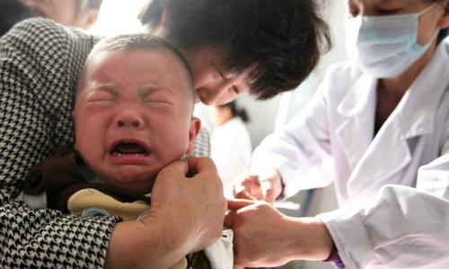 Em bé được tiêm vắcxin ở An Huy, Trung Quốc ngày 26/7. Ảnh: AFP.