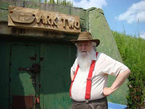 Ông Bruce Beach trước cửa hầm trú hạt nhân Ark Two. Ảnh:/The Shelburne Freelancer