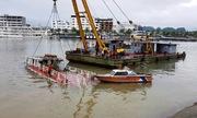 Mưa lớn nhấn chìm tàu trên vịnh Hạ Long