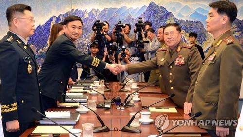 Phái đoàn quân sự Hàn Quốc và Triều Tiên tại bàn đàm phán tại Panmunjom ngày 31/7. Ảnh: Yonghap.