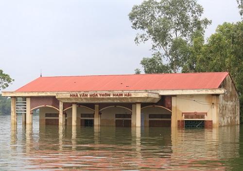 Nhiều công trình vẫn đang ngập sâu trong nước. Ảnh: Gia Chính