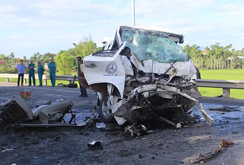 Chiếc xe khách bẹp dúm tại hiện trường vụ tai nạn. Ảnh: Đắc Thành