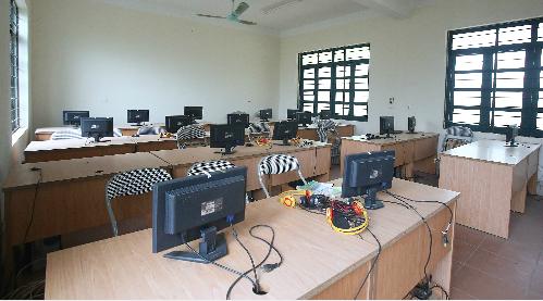 Phòng máy vi tính của trường THCS Tiến Xuân. Ảnh: Ngọc Thành.