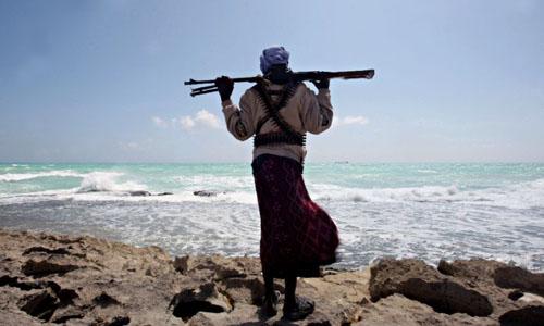 Một tên cướp biển Somalia có vũ trang đi tuần dọc bờ biển thành phố cảng Hobyo, Somalia, vào năm 2010. Ảnh: AFP.