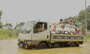 CSGT Hà Nội dùng xe bán tải đưa người dân qua điểm ngập
