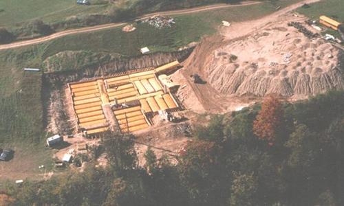 42 chiếc xe buýt được chôn dưới lòng đất tạo thành hầm trú hạt nhân Ark Two. Ảnh: Bruce Beach