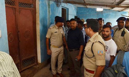 Cảnh sát Ấn Độ tại hiện trường ngôi nhà nơi 7 thành viên gia đình treo cổ tự tử hôm 30/7. Ảnh: AFP.