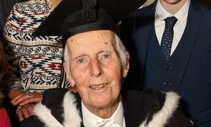 Cụ ông 95 tuổi tốt nghiệp Đại học Oxford