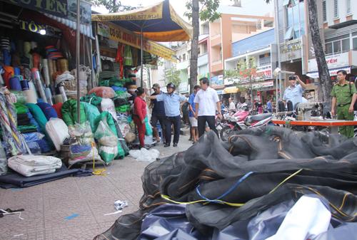 Hàng hóa, dù che bày trên vỉa hè chợ Dân Sinh bị xử lý. Ảnh: Duy Trần