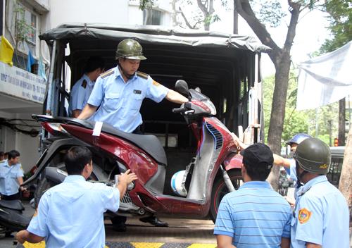 Hàng chục xe máy tại chung cư Nguyễn Thái Bình được đưa đi. Ảnh: Duy Trần
