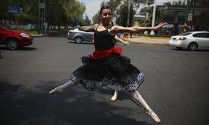 Vũ công ballet biểu diễn giữa đường ôtô tại Mexico
