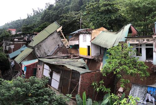 Hơn 20 ngôi nhà bị lún nứt, đổ xuống sông Đà. Ảnh: Ngọc Thành.