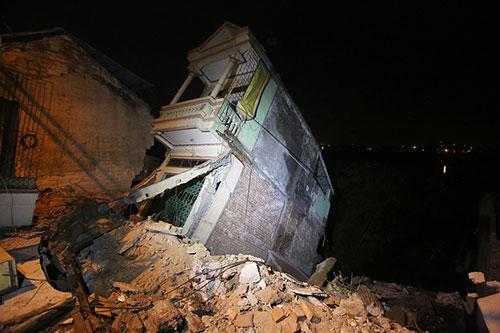 Ngôi nhà sắp đổ ụp xuống sông Đà.