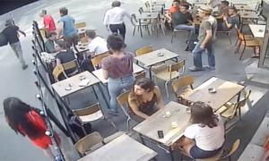 Cô gái bị kẻ quấy rối tát vào mặt trên đường phố Pháp