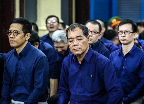 Ông Trầm Bê (giữa) và các bị cáo. Ảnh: Thành Nguyễn.