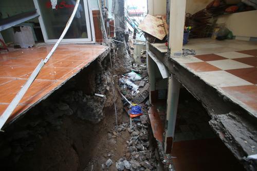 Một số ngôi nhà bị xẻ làm đôi do sụt lún. Ảnh: Ngoc Thành.