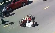 CÆ¡n giận của anh Tây bá» ngã xe máy vì tông cậu bà Äi bá» qua ÄÆ°á»ng