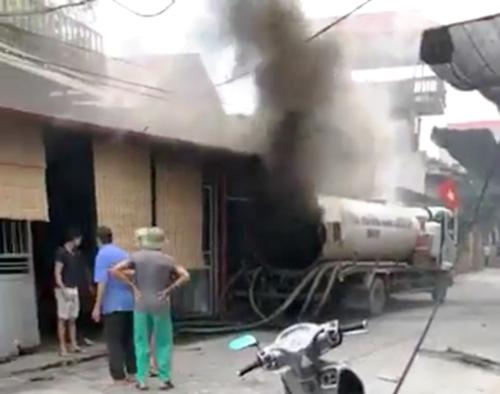 Xe bồn hút bể phốt phát nổ khiến thợ hàn Đỗ Văn Minh ở Hưng Yên tử nạn. Ảnh: cắt từ video clip