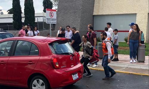 Một người đàn ông được giúp đỡ đưa lên xe hơi tại sân bay Durango. Ảnh: Reuters.