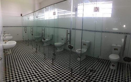 Nhà vệ sinh trong suốt.