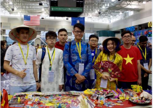 Đoàn học sinh Việt Nam tham dự vòng Chung kết Cuộc thi Genius Olympiad tại Mỹ tự tin trao đổi văn hóa với bạn bè quốc tế.