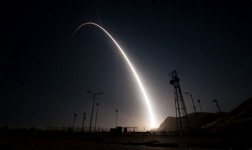 Tên lửa Minuteman III phóng từ căn cứ Vanderberg trong cuộc thử nghiệm hôm 29/3. Ảnh: USAF.