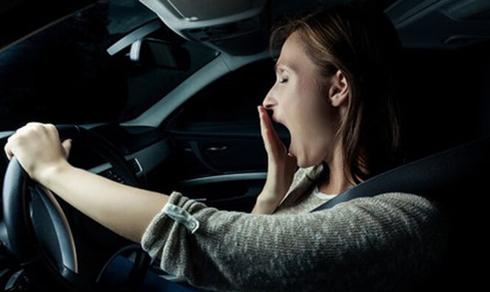 Nên chợp mắt 30 phút ở trạm dừng xe hoặc cây xăng ngay khi bạn bắt đầu thấy mất tập trung.